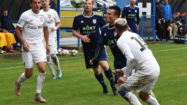 Fotbalisté Lanžhota (na snímku v bílých dresech při souboji s MSK Břeclav) měli podzim dobře rozehraný.