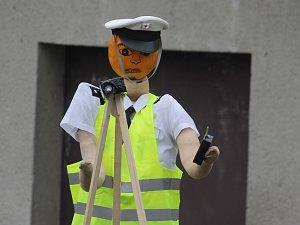 Ve Valticích měří rychlost dýňový policista