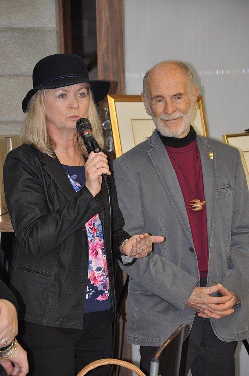 O víkendu se v hustopečské Mandlárně uskutečnil křest exkluzivní řady zlaté Mandlovky ze sudu a obrazů malíře Antonína Vojtka, které vznikly speciálně pro tuto příležitost. Roli kmotry přijala zpěvačka a šansoniérka Petra Hapková.