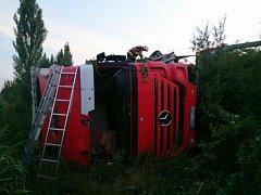 Kamiony sjely z dálnice, hasiči vyprošťovali zrněného čelní oknem
