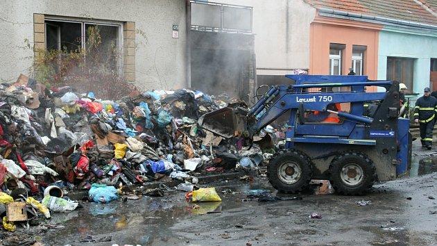 Podle sousedů žena zcela zaplnila dům oblečením a dalšími věcmi za pět let. Snímek je z konce roku 2013.