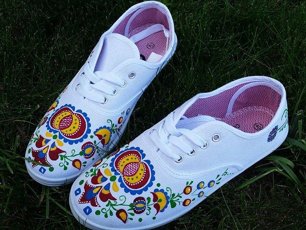Anna Polachová zVelkých Bílovic se rozhodla zkusit malovat folklorní boty. Zatím je dělá jen pro své kamarády.