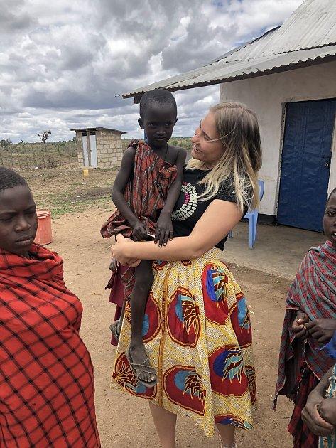 Jana Svojáková ze společnosti Top Optik vycestovala spolu sdcerou spastorem Karlem Fridrichem pomáhat do africké Tanzánie.