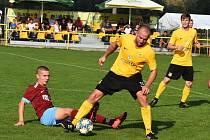 Fotbalisté Krumvíře (ve žlutých dresech) jsou na dvanáctém místě tabulky.