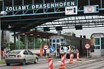 I několik minut si postojí v malých kolonách řidiči, kteří v těchto dnech míří do Rakouska. Na hranicích je totiž čekají kontroly.