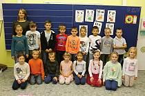 První třída Základní školy Kpt. Nálepky v břeclavské městské části Charvátská Nová Ves s třídní učitelkou Dominikou Tomkovou.