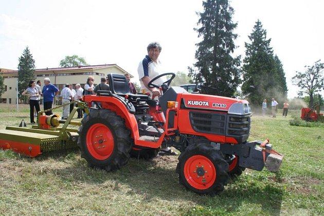 Součástí akce, kterou pořádal Výzkumný ústav zemědělské techniky ve spolupráci s lednickou zemědělskou fakultou, byly také praktické ukázky různých typů sekaček dalších strojů