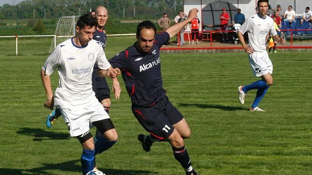 Rakvičtí fotbalisté (na snímku v modrých dresech) momentálně nevědí, jakou soutěž budou hrát na podzim.