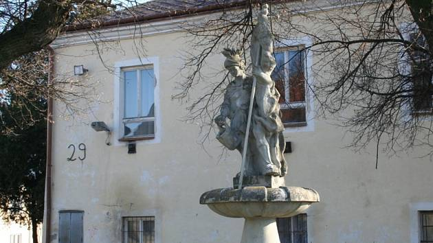 Zámek ve Velkých Němčicích chátrá.