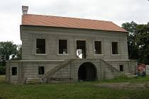 Letohrádek Insel, kterému se říká i Portz, měl vyrůst mezi Mikulovem a Sedlecem kolem roku 1692. Jeho vzhled a využití plánují vylepšit manželé Cibulkovi. Insel na starším snímku.