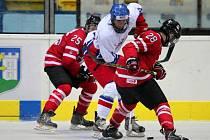 Česká osmnáctka (v bílé) podlehla v Břeclavi kanadským vrstevníkům.