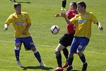 Fotbalisté devatenáctky Břeclavi (ve žlutém) doma nestačili na Znojmo.