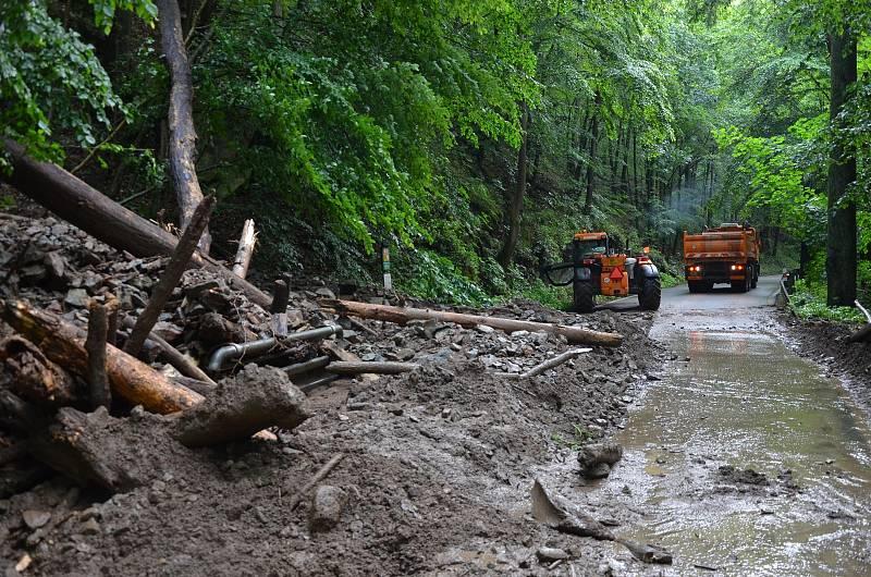 Noční prudká bouřka zkomplikovala v pátek výlet řadě turistů. Silnice z Blanska ke Skalnímu mlýnu totiž po dešti zatarasil na několika místech sesuv půdy, kamenů a dřeva z prudkého srázu. Cesta byla dopoledne několik hodin zavřená, než silničáři překážky