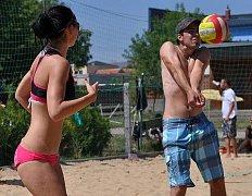 Smíšené páry bojují celé léto na hustopečském koupališti o první místo v lize.