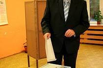 Vhodit svůj hlas přišel také Oldřich Ryšavý, který je jedničkou kandidátky ČSSD v Břeclavi.