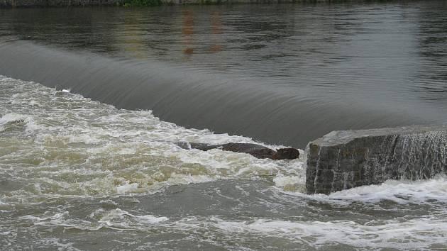 Pohled na vysokou hladinu řeky Dyji u břeclavského jezu.