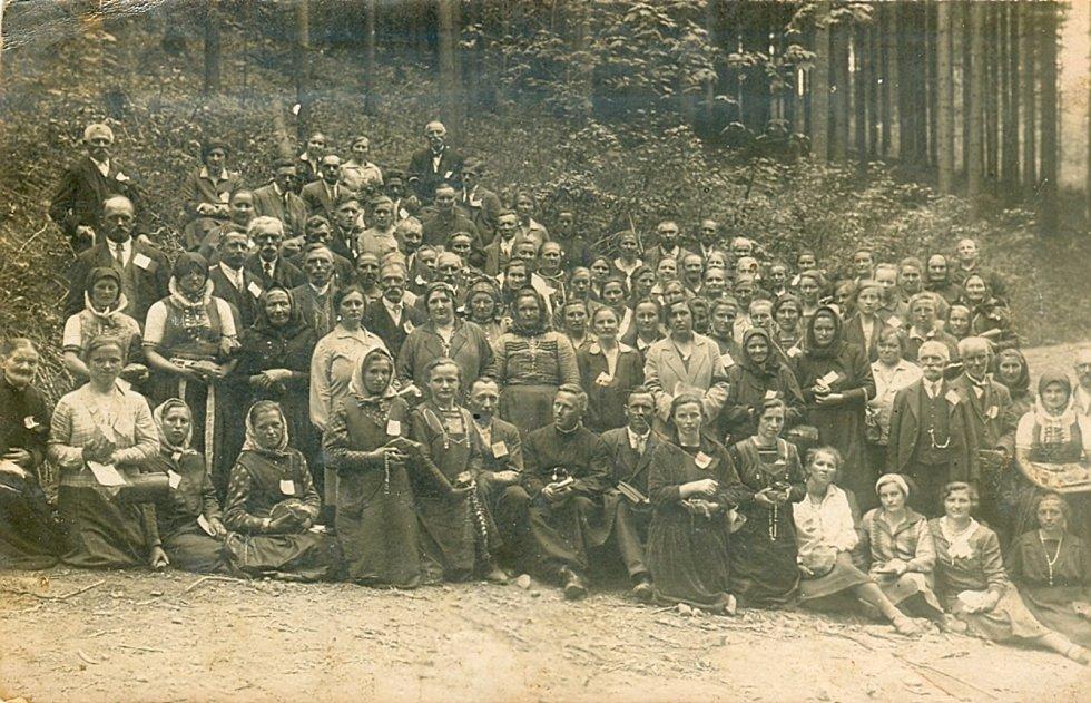 Pouť obyvatel Bratelsbrunnu v roce 1920.