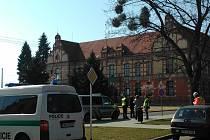 Policisté v pátek dopoledne evakuovali Základní školu Komenského v břeclavské městské části Poštorná a přilehlé budovy kvůli oznámení, že ve škole je bomba.