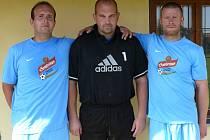 Hrušeckého brankáře Petra Šulavu (uprostřed) si jeho spoluhráči cení.