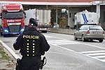 Policisté kontrolují vozidla na hranicích v Mikulově po teroristickém útoku ve Vídni