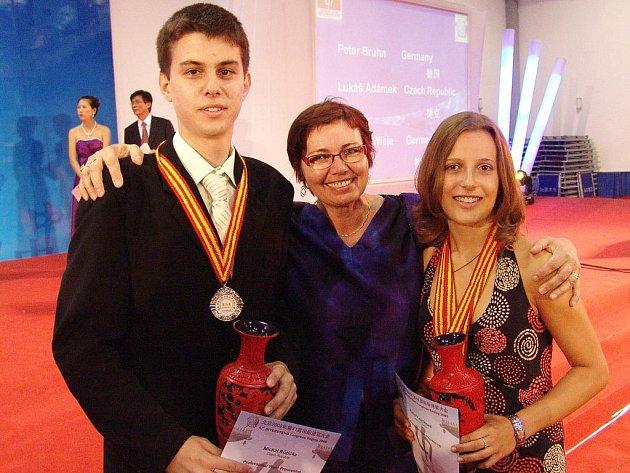 Úspěšní medailisté s pyšnou trenérkou a učitelkou.
