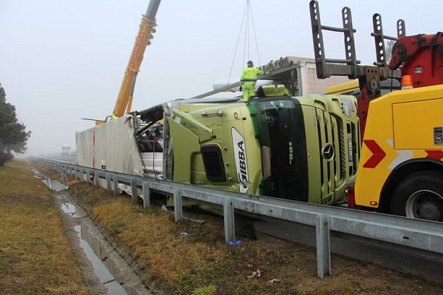 Nehoda kamionu na dálnici D2 na 19. kilometru ve směru na Bratislavu. Odklízení následků trvalo několik hodin, úsek dálnice mezi Blučinou a Hustopečemi byl po tu dobu uzavřený.