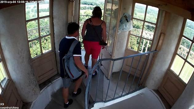 Dvojici lidí, kteří v srpnu navštívili vyhlídkovou věž v lednickém zámeckém parku, hledají policisté.