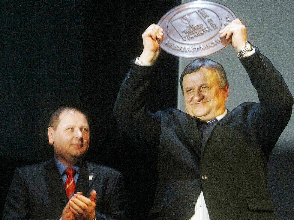 Vinařstvím roku 2009 se stal v pražském Divadle Hybernia Vinselekt Michlovský a.s.. Ocenění přebral zakladatel vinařství Miloš Michlovský (vpravo).