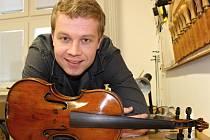 Sedmadvacetiletý Václav Matulík z Velkých Bílovic se věnuje houslařskému řemeslu. Nástroje se chápe i po práci a o víkendech, kdy hrává s cimbálovou muzikou Lália.