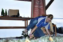 Šestadvacetiletá Dagmar Fialová sekala sekty i obutou bruslí. Na desátém Mistrovství republiky v sekání sektu v prušánských Nechorech skončila druhá. Jako jediná sommelierka z žen postoupila do finále.