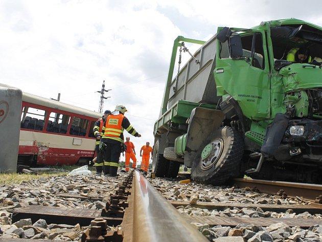 Nehoda na železničním přejezdu ve Velkých Pavlovicích na Břeclavsku z roku 2015. Zranilo se celkem osm lidí.