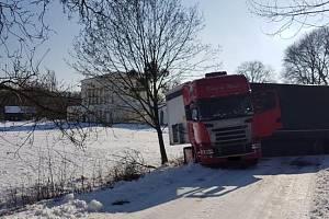 Na Pohansko se kvůli chybné navigaci dostal kamion, kterého musel z příkopu vytáhnout lesnický traktor.