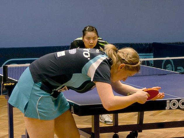Lenka Harabaszová na v pozadí stojící Číňanku Zhow Xiao nestačila. Ostatní frýdlantské hráčky však neuhrály ani bod.