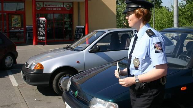 Policisté u obchodních center v Břeclavi upozorňovali nakupující na nebezpečí vykradení jejich aut.