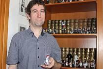 Ředitel okresního archivu se sídlem v Mikulově Miroslav Svoboda přetváří igráčky podle svých představ. Vytvořil i olympioniky.