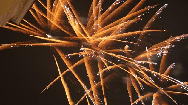 Několik stovek převážně mladých lidí slavilo Silvestr a příchod nového roku 2015 na břeclavském náměstí. Pár vteřin před půlnocí popřál všem starosta města Pavel Dominik a po doznění státní hymny ozářil nebe nad Břeclaví tradiční ohňostroj.