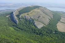 Ochránci přírody v nové sezoně umožňují turistům vyšlapat až na vrchol Děvínu, odkud je čeká jedinečná vyhlídka na všechny světové strany.