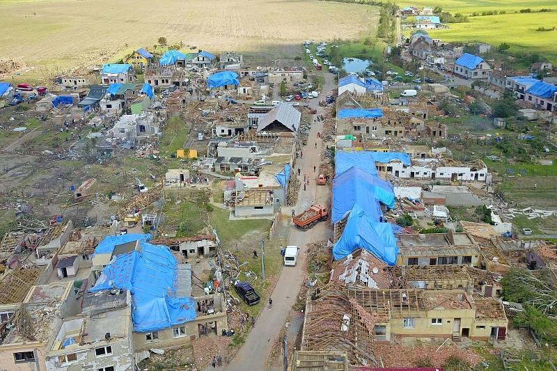 Obec Hrušky. Modré plachty zakrývají domy, které přišly o střechu po čtvrtečním tornádu.