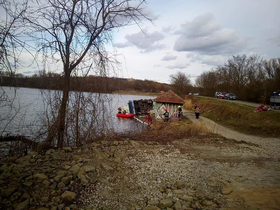 Do Nového rybníka u Mikulova se převrátil jeřáb. Do vody pravděpodobně vyteklo přibližně dvě stě litrů oleje.