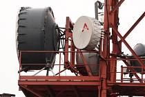 Vrtulník vynesl na Děvín digitální techniku na posílení signálu.