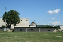 KDYSI A DNES. Na velkopavlovické koupaliště už dnes vzpomínají jen pamětníci. V nejhlubším místě mělo dva metry. Nyní se ve stejném místě zelená fotbalový pažit.