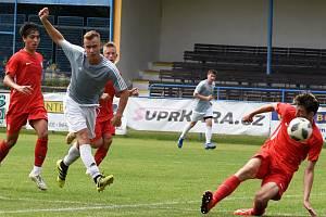 Po vysoké porážce s juniorkou Zbrojovky nestačili břeclavští fotbalisté (v šedých dresech) ani na brněnský celek U-19, jemuž v sobotu podlehli 1:3.