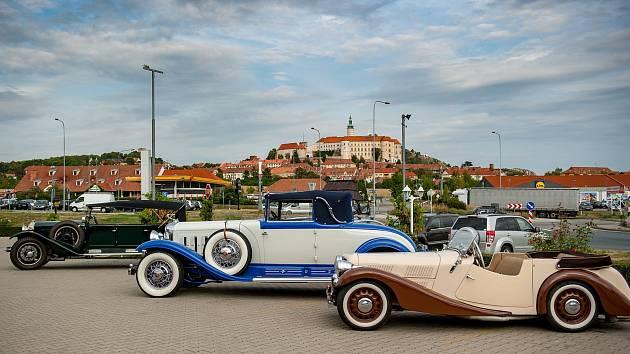 Staří motoroví krasavci se už sjíždí na jižní Moravu. Jejich posádky se připravují na sobotní spanilou jízdu Lednicko-Valtickým areálem. Nejstarší auto druhého ročníku Pálavského Oldtimeru vyrobili v roce 1911, nejmladší v roce 1945. Lidé je budou obdivov