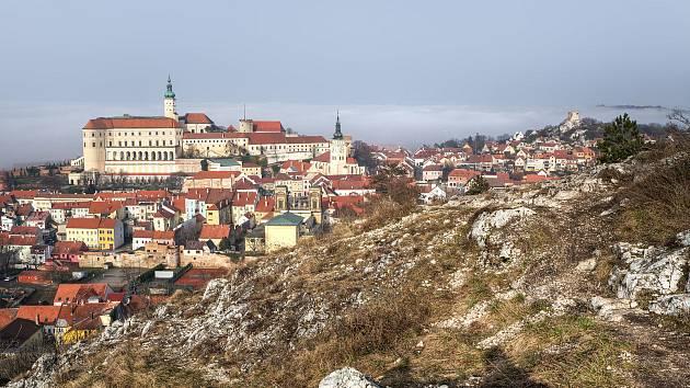 Dominantou města Mikulov je zámek. Nejkrásnější výhled na něj je ze Svatého kopečku.