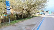 Modré pruhy mají řidičům pomoci s orientací při parkování v Břeclavi.