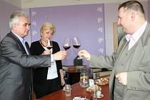 Sobotní výstava vín zaplnila sál vrbického kulturního domu. A vzhledem k příznivému počasí i venkovní prostor před ním. Mezi ochutnávajícími se objevil i předseda senátu Milan Štěch (vlevo).