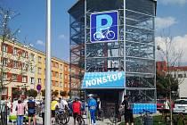 První plně automatizovaná parkovací věž na jízdní kola vyrostla před třemi lety v Hradci Králové. Teď ji chtějí i v Břeclavi.