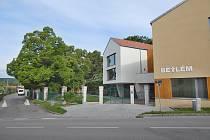 Větší pohodlí i počet lůžek nabízí nová stavba Domova pro postižené v Kloboukách u Brna.