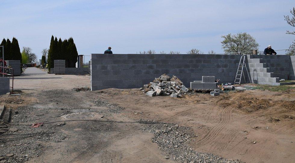 Oprava smuteční síně nedaleko kostického hřbitova