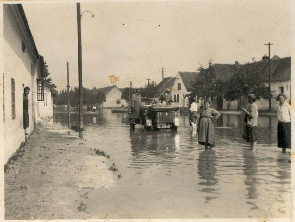 Obec Mušov musela zmizet kvůli vzniku novomlýnských nádrží. Na snímku jsou povodně roce 1933.